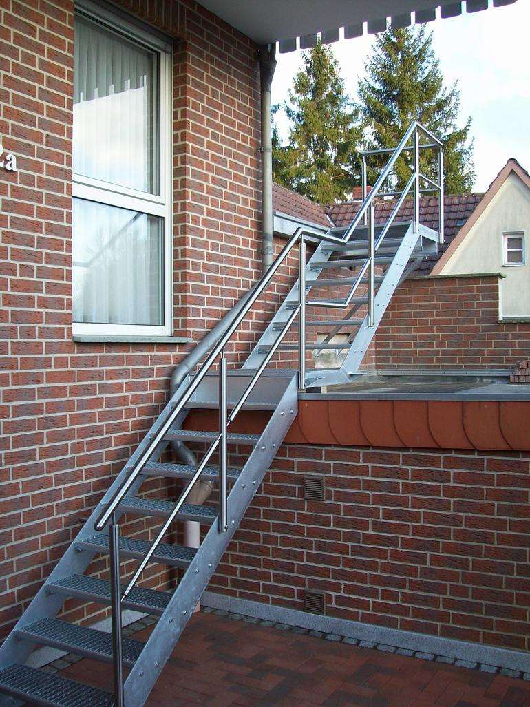 treppe edelstahl stahl verzinkt 2 treppen leistungen edelstahl und metallbau schlosserei. Black Bedroom Furniture Sets. Home Design Ideas